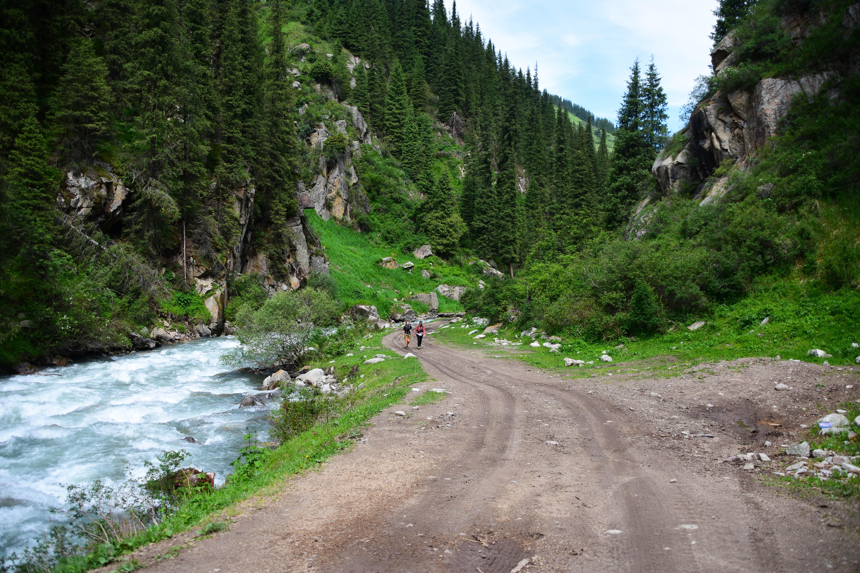 CoverMore_Lisa_Owen_Kyrgyzstan_Hiking Altyn Arashan Girls Hike
