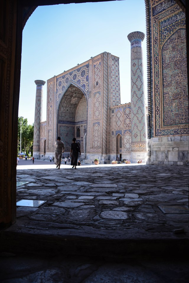 CoverMore_Lisa_Owen_Uzbekistan_Samarkand_Registan_Arch People Walking